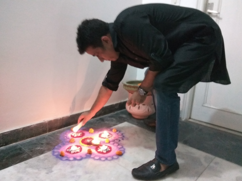 Diwali in India | Mio marito Gaurav accende le diya del mio rangoli