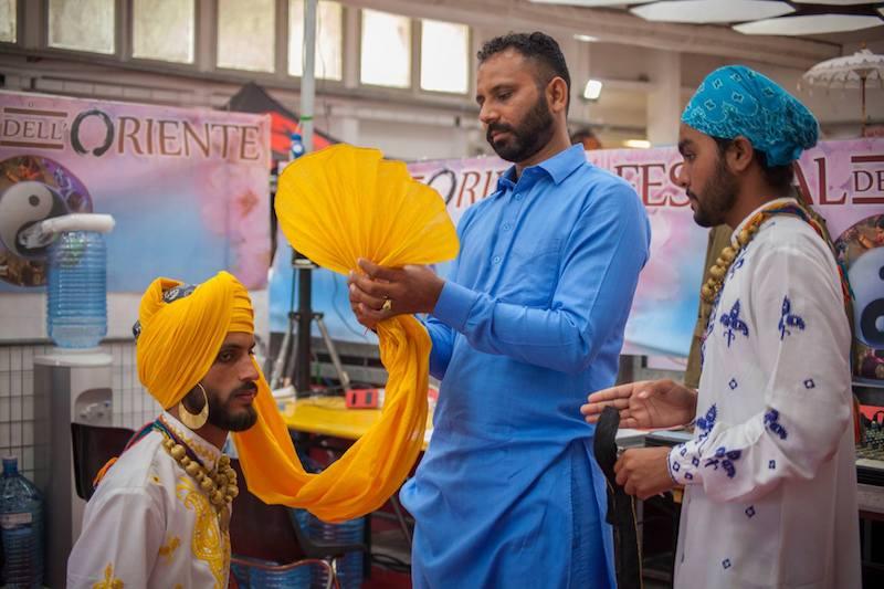 Danze indiane Bhangra dal Punjab preparazione del turbante